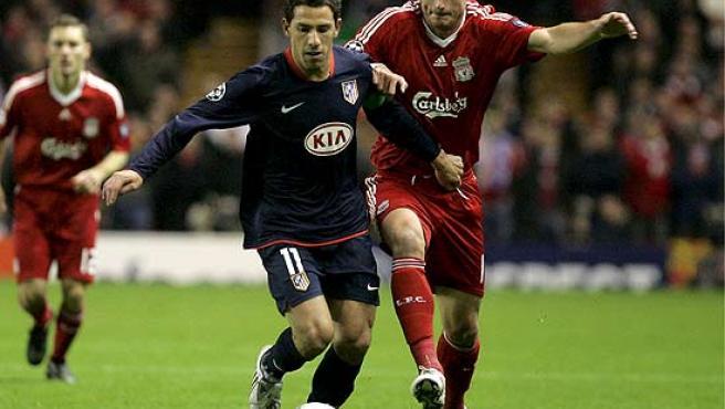 Maxi corre perseguido por el jugador del Liverpool Riera.
