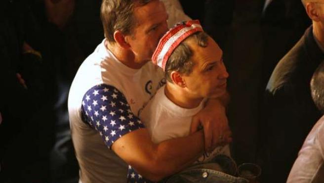 Una pareja homosexual sigue en California el desarrollo de las votaciones.
