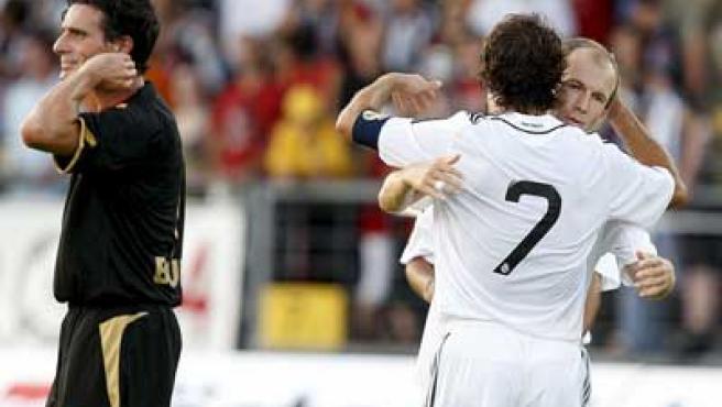 Raúl y Robben se abrazan tras un gol del capitán del Real Madrid.