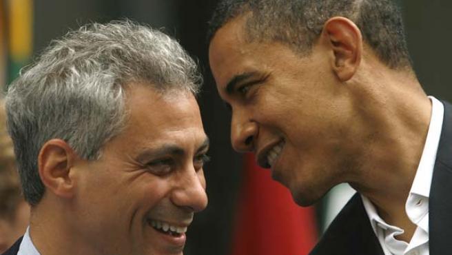 El presidente electo de EE UU, Barack Obama, habla al oido de Rahm Emanuel durante un acto en Chicago (REUTERS).