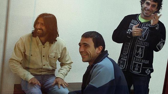 Carmelo Laucirica Orive (a la izquierda), Igor González Sola (en el centro) y Jon Koldobika Garmendia en el juicio. (Juan M. Espinosa / Efe)