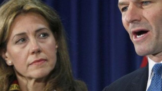 La esposa de Eliot Spitzer le observa mientras éste reconoce que contrató los servicios de una prostituta (REUTERS)
