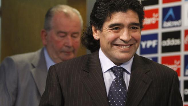 Maradona, acompañado de Grondona en Buenos Aires, en la rueda de prensa de su presentación oficial como seleccionador argentino. (EFE)
