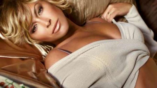 Anastacia exhibe una imagen más femenina y sensual