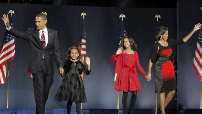 Obama, junto a su mujer y sus dos hijas, después de ganar las elecciones. (AP Photo/Jae C. Hong)