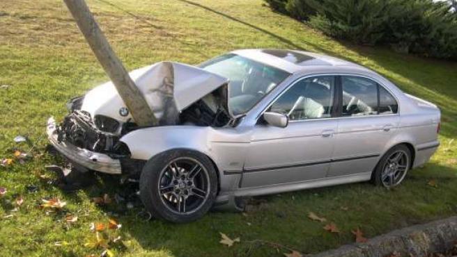 Foto del accidente cedida por el lector Rubén martín, donde se ve el coche incrustado en un árbol.