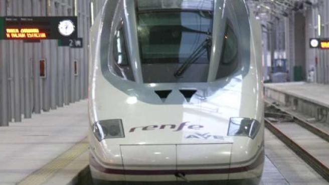 Un tren AVE sale de la estación de Madrid.