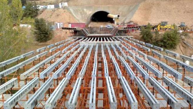 Concluye el calado del túnel de Castro de 493 metros, incluido en el tramo del AVE entre La Robla y Pajares. (ICAL)