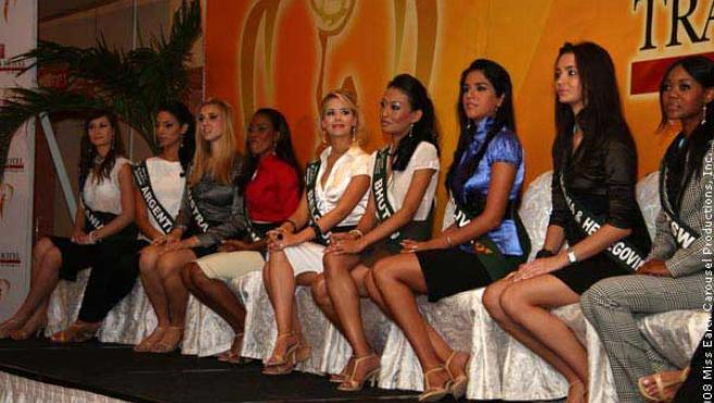 Varias candidatas a Miss Tierra 2008 posan ante la prensa. (FOTO: MISS EARTH )