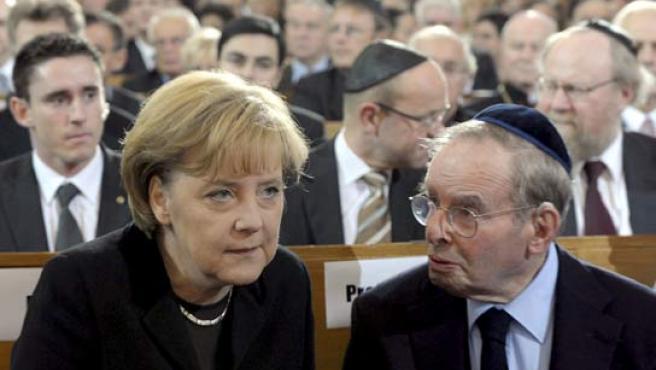 La canciller alemana Angela MerkeL conversa con el publicista y sobreviviente del holocausto Ernst Cramer. (ARCHIVO)