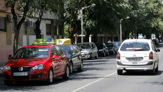 Coches de autoescuela, en una calle de Córdoba.