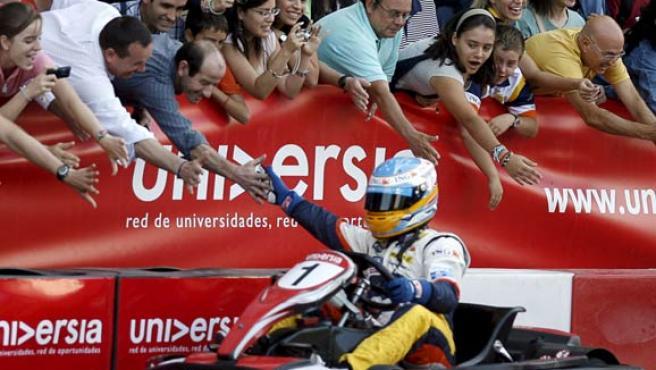 """El bicampeón del mundo de Fórmula Uno Fernando Alonso, tras el acto de entrega de las becas """"Universia Fernando Alonso"""", al volante de un kart. (EFE)"""