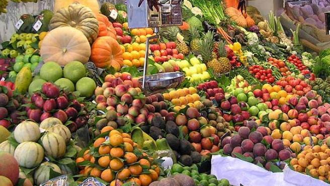 Un mercado con fruta y verdura.