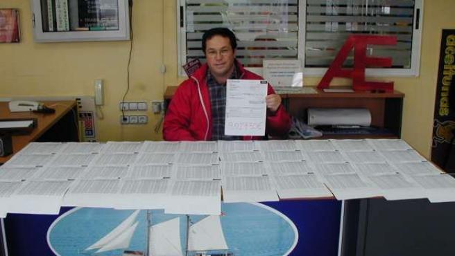 José Ruiz, en su despacho, con una factura de más de 100 folios.