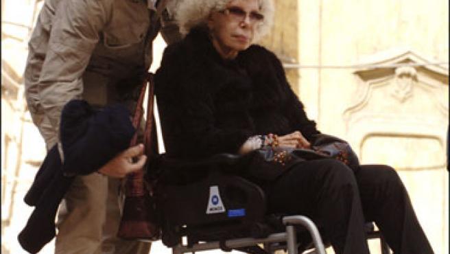 Alfonso Díez ayuda a la duquesa de Alba con su silla (KORPA).
