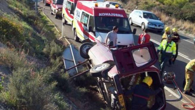 Los bomberos rescatan a un hombre en un accidente