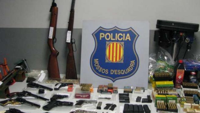 Algunas de las armas y municiones intervenidas por los Mossos. ACN/SALVADOR MIRET