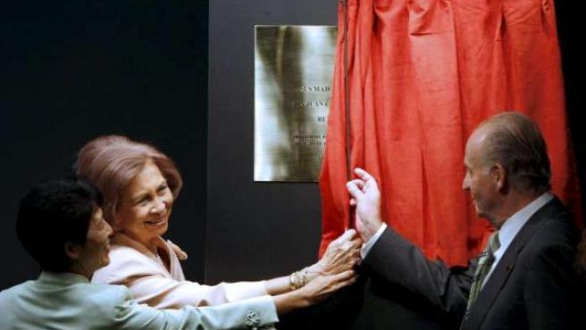 Los Reyes descubren una placa durante la inauguración. (EFE/J.J. Guillén)