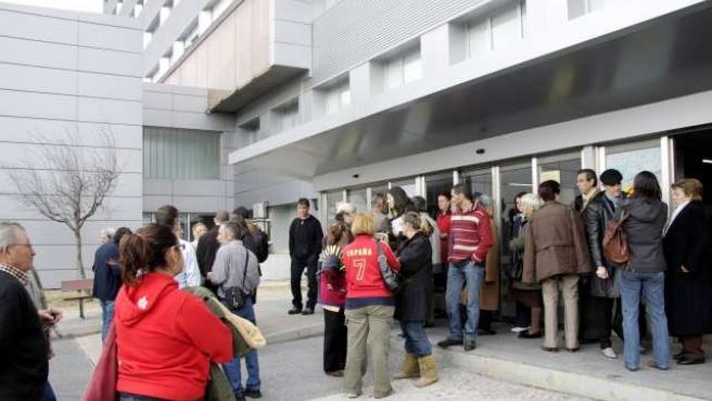 Los enfermos de cáncer y sus familiares protestaron esta mañana ante las puertas del hospital.
