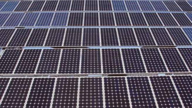 Imagen de archivo de unas instalaciones de generación de energía solar fotovoltaica. (JCCM)