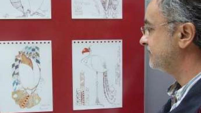 Pepe Chazeta contempla los bocetos de sus dibujos.