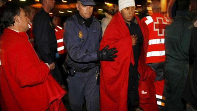 Momento en el que los efectivos de Salvamento atienden a los inmigrantes en el Puerto de Almería.