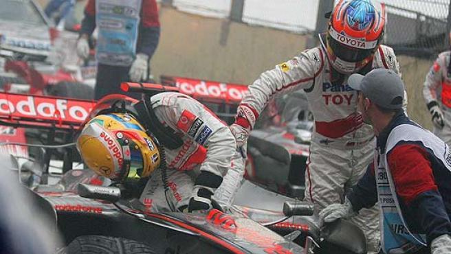 Timo Glock felicita a Lewis Hamilton tras finalizar el GP de Brasil.