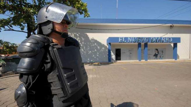 Las Tropas Especiales Antidisturbios vigilan las instalaciones de varios medios de comunicación en Nicaragua, en previsión de ataques violentos tras las elecciones (Mario López / EFE)