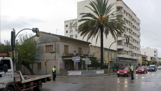 Varios agentes de la Policía Local, controlan el tráfico durante el apagón que ha tenido lugar en Mallorca y Menorca. (EFE)