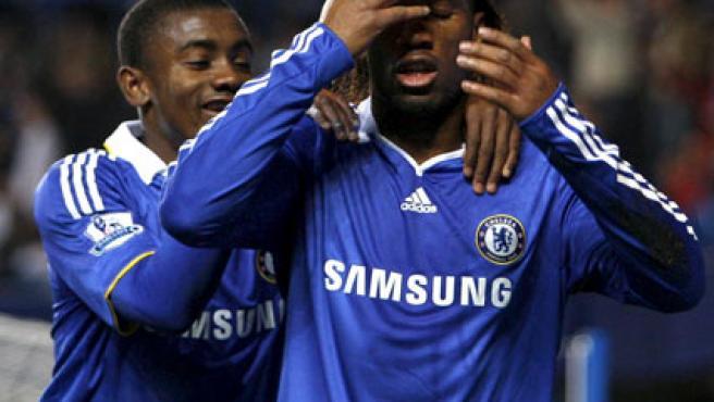Didier Drogba, junto a su compañero Kalou, en el momento de la celebración del gol. (EFE)