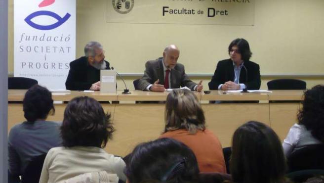 De izquierda a derecha, Joan Surroca, autor del manual,Joaquín Azagra, vicepresidente de la Fundació Societat i Progrés, yGabriel Salinas Lim, del sindicato universitario Campus Jove Dret.