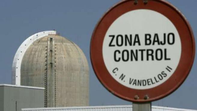 Vista de un cartel de advertencia delante de la central nuclear de Vandellós II.
