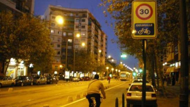 La señal de la derecha refleja la prioridad para las bicis