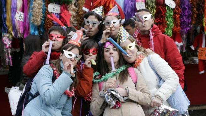 Un grupo de amigos disfrazados con artículos de broma en la Plaza Mayor. (ARCHIVO)