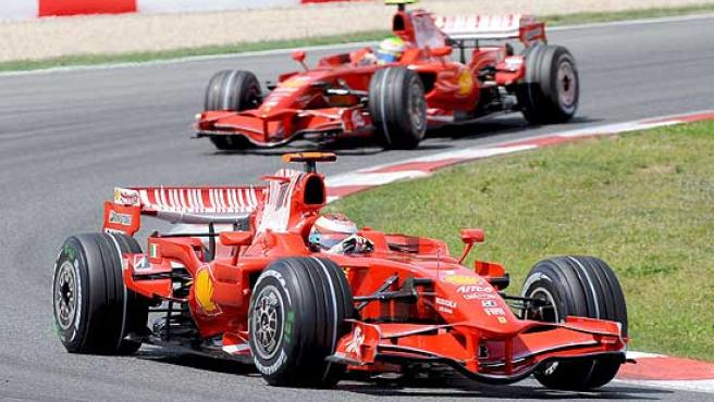 Kimi Raikkonen, seguido de su compañero Felipe Massa.