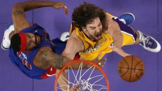 Rashee Wallace (izda), de los Pistons, obstaculiza el intento de canasta de Pau Gasol (REUTERS).