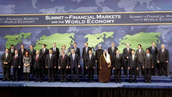 Fotografía de familia de los asistentes a la cumbre financiera celebrada en Washington por el G-20. (EFE)