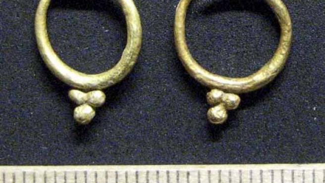 Imagen de los pendientes en forma de racimo de uva, de hace 2.300 años. (EFE)