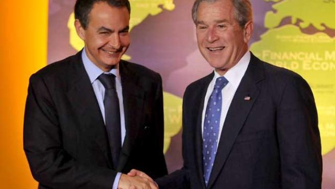 El presidente español, José Luis Rodríguez Zapatero (izqda), estrecha la mano de su homólogo estadounidense, George W. Bush. (EFE)
