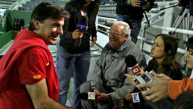 El capitán del equipo español de tenis, Emilio Sánchez Vicario (i), habla con la prensa hoy, 15 de noviembre de 2008, en el estadio Polideportivo de Mar del Plata (Efe).
