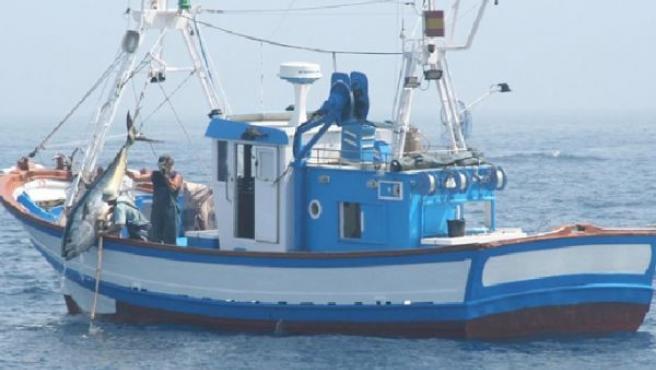 Un pesquero saca un atún. (FLICKR )
