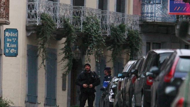 Varios gendarmes custodian la entrada del piso en el que vivía 'Txeroki' (AGENCIAS).