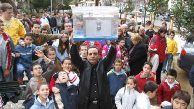 Lorenzo Fernández Pachón, el mago Ferpa, en el momento en el que el año pasado se bajó la urna con su predicción. (ARCHIVO).