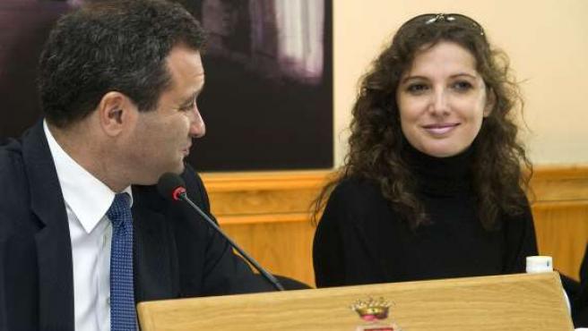 La directora de 'Mujeres en dirección', la actriz Marta Belaústegui, junto al alcalde de Cuenca, Francisco J. Pulido. (EFE)