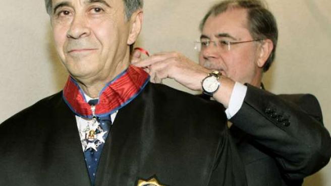 El ministro de Justicia, Mariano Fernández Bermejo, impuso ayer en Ávila la Cruz de San Raimundo de Peñafort a Arturo Mateos Antón.