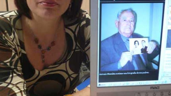 Josefina Musulén, junto a una imagen en la que su padre, Antonio, posa con una foto de sus abuelos (20 MINUTOS)