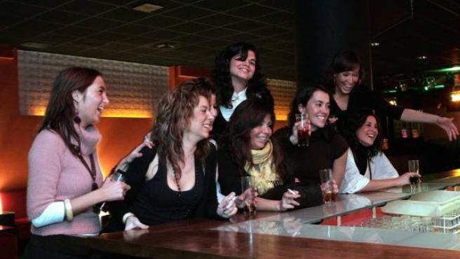 Un grupo de mujeres bebiendo en una discoteca.