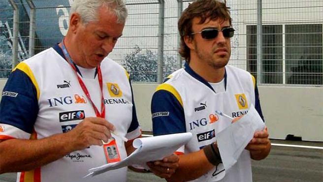 Fernando Alonso, junto a un técnico de Renault en Valencia.