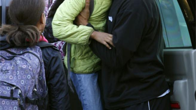 Obama ayuda a su hija menor a salir del coche; a su lado, Malia Ann (REUTERS).