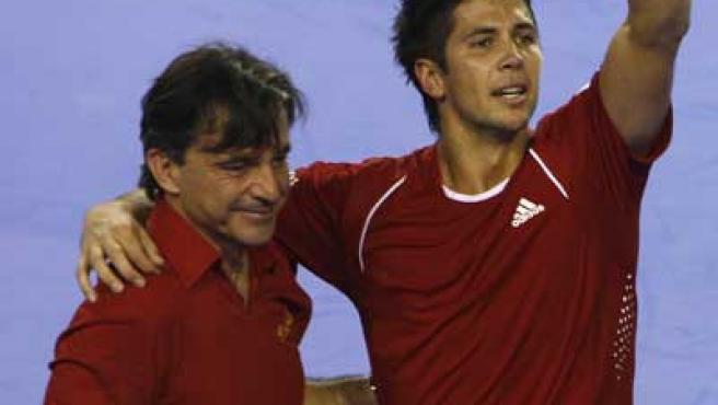 Emilio Sánchez Vicario y Fernando Verdasco se abrazan tras el triunfo en la Copa Davis.